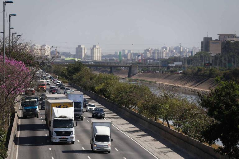 Caminhões trafegam na marginal Tietê, que deve receber novo asfalto até 30 de junho