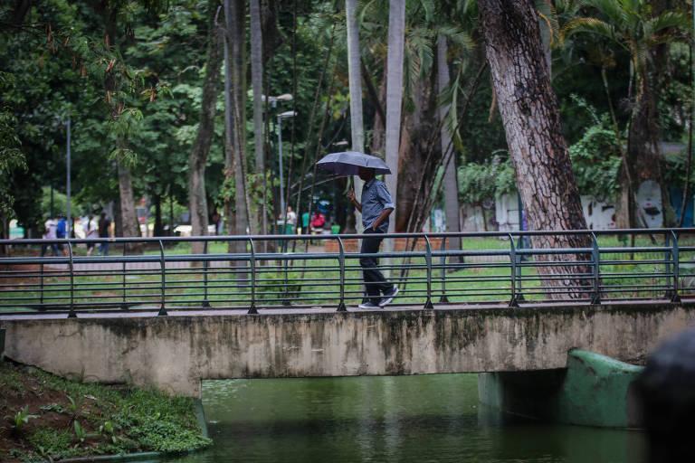 Homem passa por ponte na praça da República, no centro de São Paulo