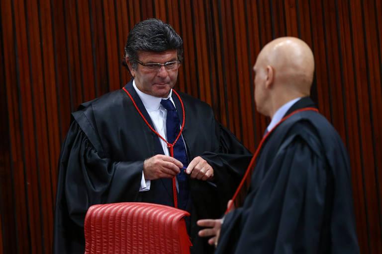 O ministro do STF Luiz Fux conversa com Alexandre de Moraes na primeira sessão que preside no TSE