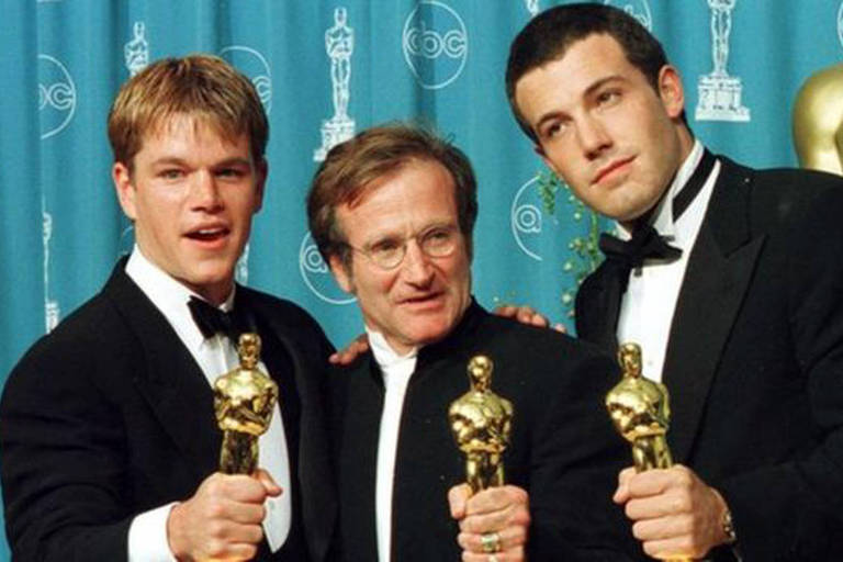 Robin Williams, Matt Damon e Ben Affleck seguram estatuetas do Oscar