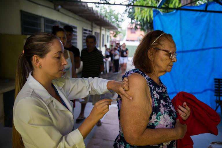 Vacinação de febre amarela em posto de saúde na região norte de São Paulo
