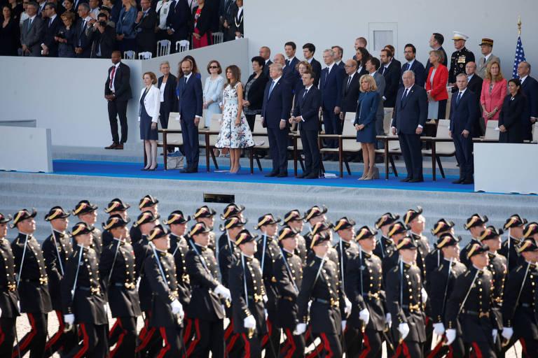 Os presidentes dos EUA, Donald Trump, e da França, Emmanuel Macron, assistem ao desfile militar do Dia da Bastilha, em Paris, no ano passado
