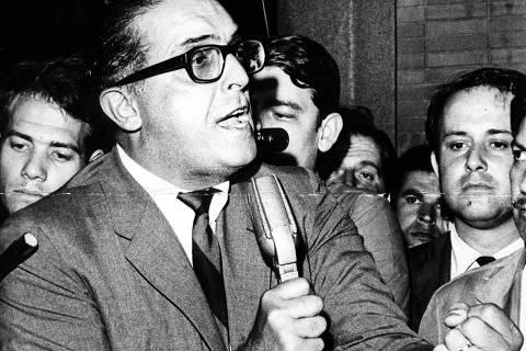 SÃO CAETANO DO SUL, SP, BRASIL, 24-03-1968: o jornalista e político Carlos Lacerda, discursa em comício, no mesmo ano em que criou, junto com Juscelino Kubitschek e João Goulart, a Frente Ampla para redemocratização do país, em São Caetano do Sul (SP). Inicialmente, apoiou o golpe militar de 1964. (Foto: Acervo UH/Folhapress)