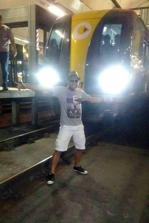 Foliões nos trilhos do Metrô