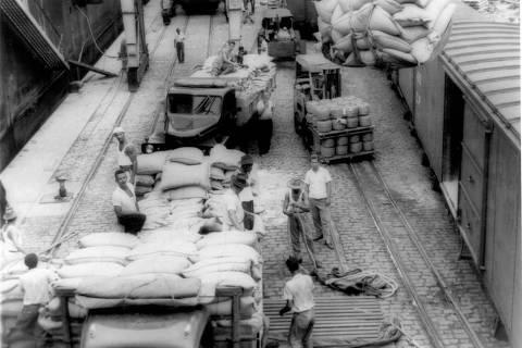 ORG XMIT: 073701_0.tif 1963  Embarque de café no porto de Santos. (Santos, SP, 1963. Foto: Acervo UH/Folhapress)