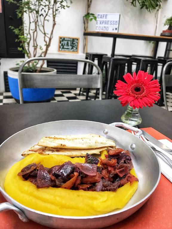 Tilápia com purê de mandioquinha, tomates e cebola roxa grelhados; prato pode aparecer no menu do restaurante Estela Passoni