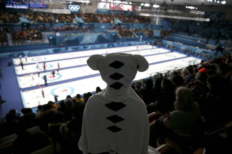 Torcedor acompanha uma partida de curling vestido como um tigre branco, o mascote dos Jogos de PyeongChang