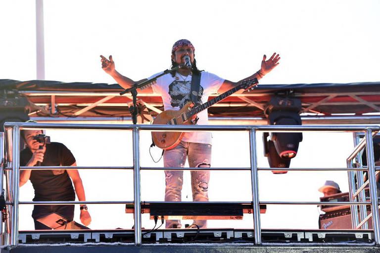 O cantor Bell Marques se apresenta no Farol da Barra