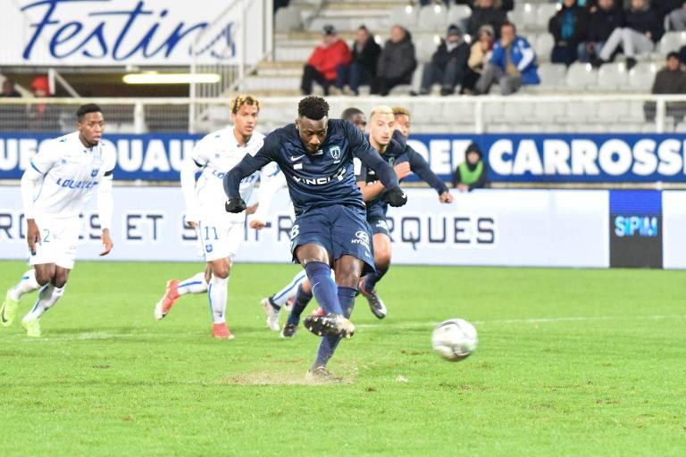 Tchokounte, do Paris FC, cobra pênalti em partida contra o Auxerre, pela segunda divisão