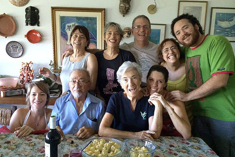 Cauby de Oliveira (1925-2018), sentado ao centro com a mulher Golda, com filhos e netos