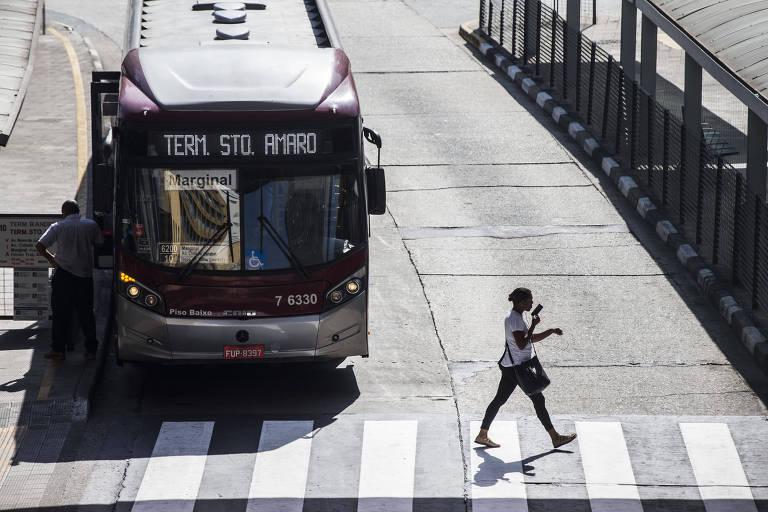Passageira caminha no terminal Bandeira, no centro de São Paulo