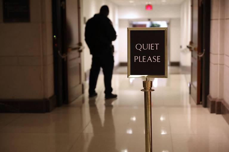 Corredor de entrada do centro de visitantes do Congresso, com mensagem 'silêncio, por favor'; legisladores votam lei orçamentária de 2018