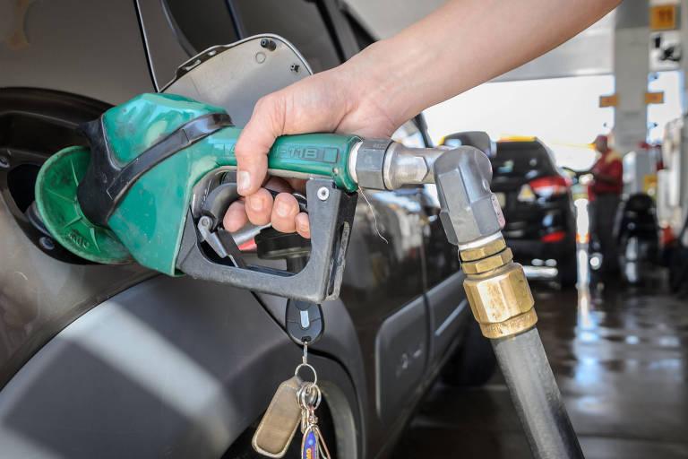 Frentista abastece veículo em posto em Franca, interior de SP; governo federal quer investigação do preço da gasolina