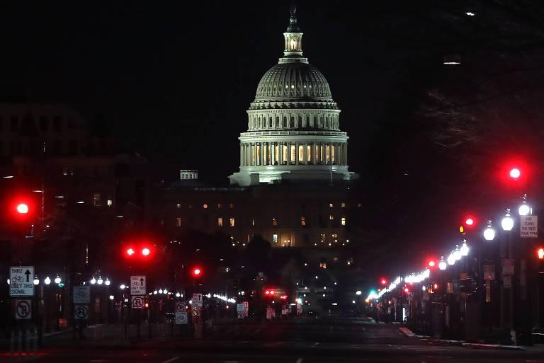 Av. Pensilvânia, em Washington, com a cúpula do Congresso ao fundo, logo após o início da paralisação