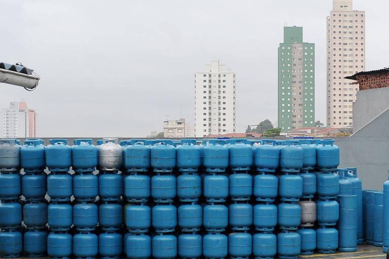 Botijões de gás em estoque de revendedora de São Paulo