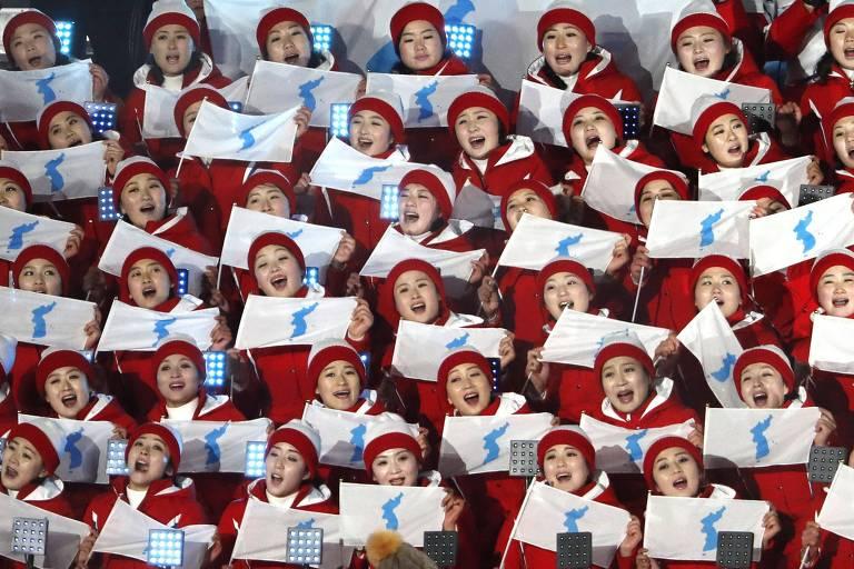 Líderes de torcida norte-coreanas com bandeira da unificação na cerimônia de abertura dos Jogos de Pyeongchang