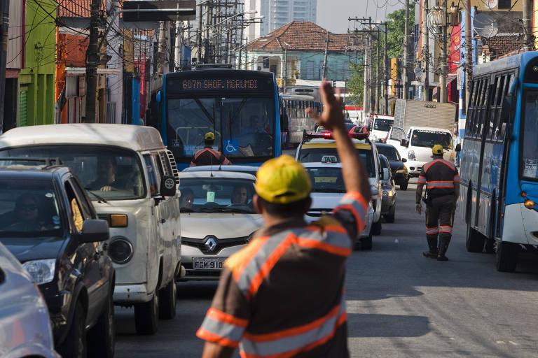 Agentes da CET desviam o trânsito de automóveis em São Paulo