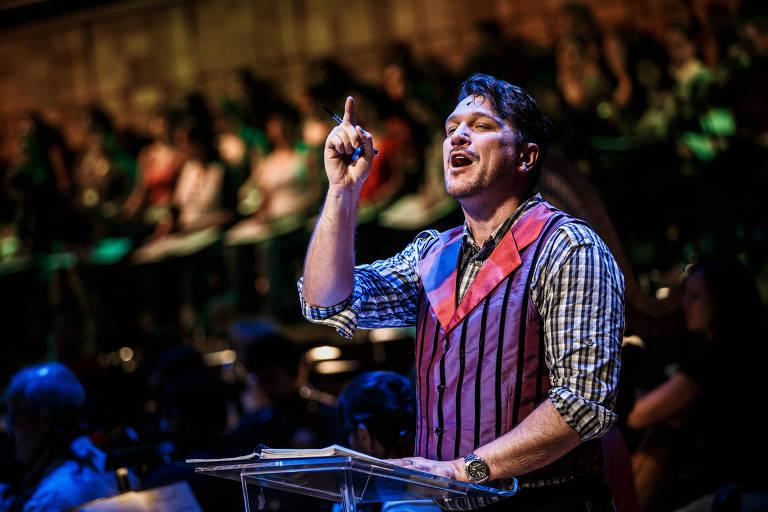 paulo szot com dedo em riste no palco
