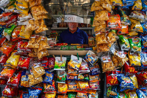 A kiosk where many snacks bear the black warning logos denoting items high in sugar, salt, calories or saturated fat, in Santiago, Chile, Jan. 19, 2018. Facing skyrocketing rates of obesity, the Chilean government is waging war on unhealthy foods with a phalanx of marketing restrictions and labeling rules.  (Victor Ruiz Caballero/The New York Times) ORG XMIT: XNYT80 DIREITOS RESERVADOS. NÃO PUBLICAR SEM AUTORIZAÇÃO DO DETENTOR DOS DIREITOS AUTORAIS E DE IMAGEM