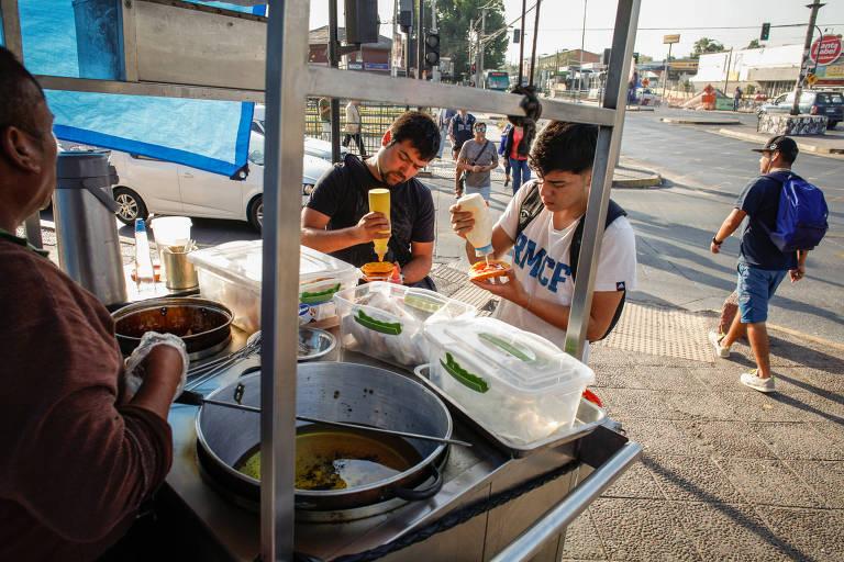 Barraca de rua venda sopapilla, um doce frito, em Santiago