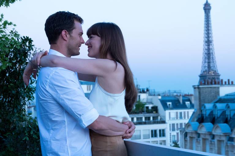 """Jamie Dornan e Dakota Johnson em cena de """"Cinquenta Tons de Liberdade"""""""