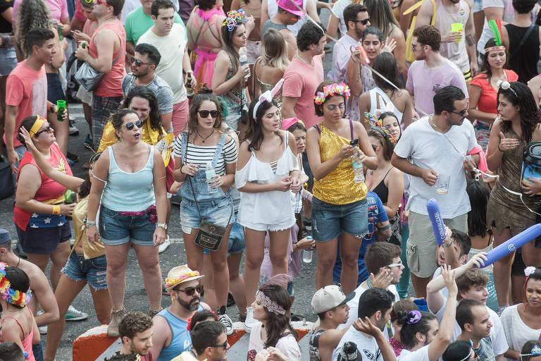 Foliões aproveitam bloco de Carnval em Belo Horizonte