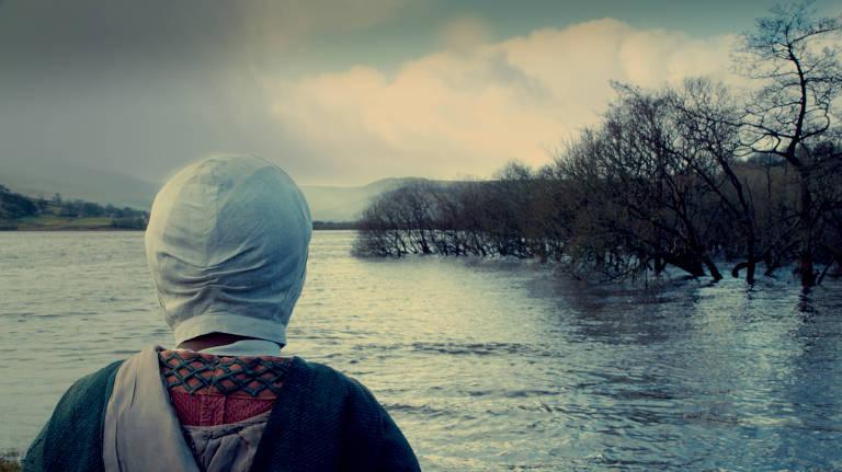 mulher olha para o horizonte sobre o mar