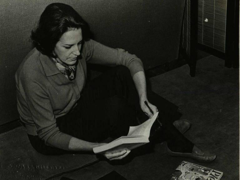 Lygia Fagundes Telles lendo livro antigo