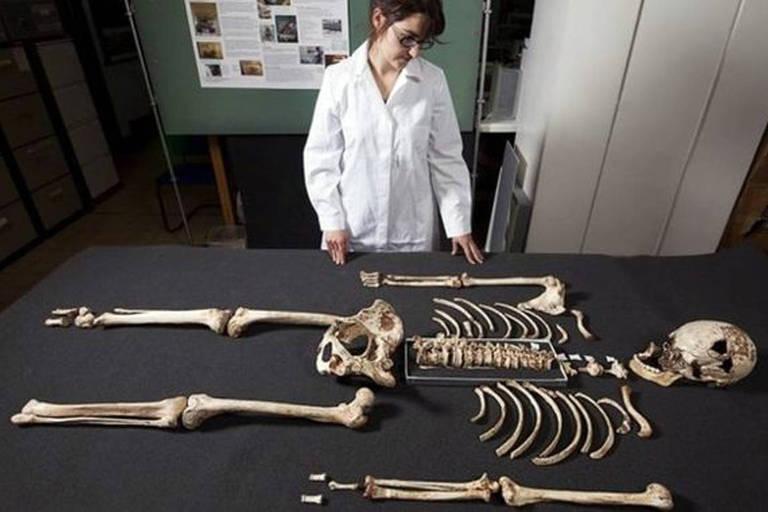 Pesquisadora ao lado do esqueleto do homem de Cheddar