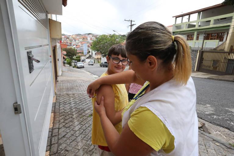 Agentes de saúde aplicam vacina a domicílio em São Bernardo do Campo, na Grande SP, após confirmação de caso