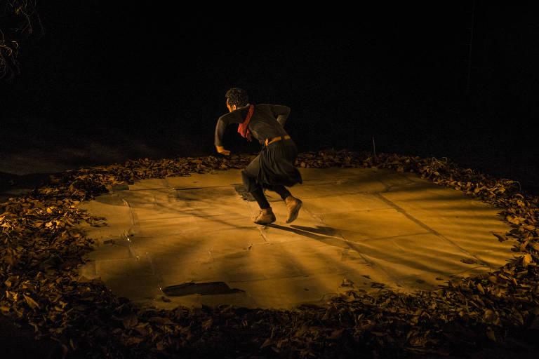 """Kenan Bernardes no monólogo """"Medea Mina Jeje"""", escrito por Rudinei Borges e dirigido por Juliana Monteiro. Espetáculo faz um paralelo entre o mito de Medeia e a escravidão"""