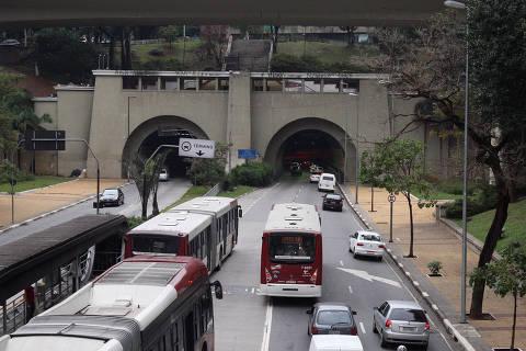 SÃO PAULO, SP, BRASIL, 23-07-2013 10h53:  faixa exclusiva de onibus na . Av. Nove de Julho, roximo ao tunel.  ( Foto: Luiz Carlos Murauskas/Folhapress, COTIDIANO ) ***RESTRIÇÃO***