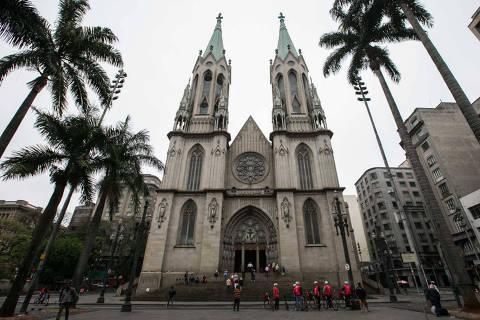 SAO PAULO, SP, 06.09.2015:      - Primeira missa realizada na catedral da Se apos a morte de um morador de rua na escadaria.   (Foto: Bruno Poletti/Folhapress, FSP-COTIDIANO) ***EXCLUSIVO FOLHA***