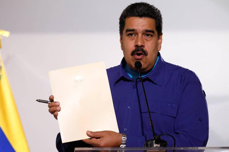O líder venezuelano, Nicolás Maduro, mostra documento que assinou antes de evento de campanha em Caracas