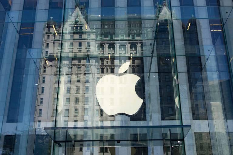 Logo da Apple em frente da Apple Store da Quinta Avenida, em Nova York