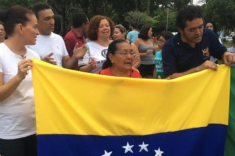 Grupo de venezuelanos protesta nesta sexta (9) contra xenofobia após dois atentados à comunidade em Boa Vista (RR)