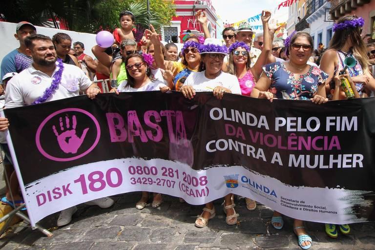 Bloco carnavalesco desfila pelas ladeiras de Olinda (PE) em forma de protesto,  alertando os foliões sobre a importância do fim da violência contra a mulher