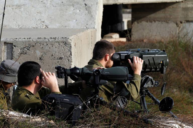 Soldados israelenses ocupam posições nas colinas de Golã, próximo a fronteira com a Síria