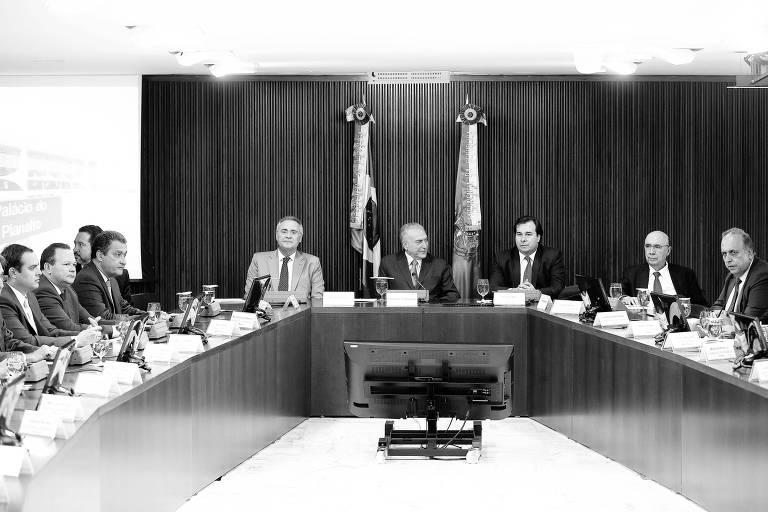 Em volta de uma mesa estão Michel Temer, Rodrigo Maia, Henrique Meirelles e diversos governadores