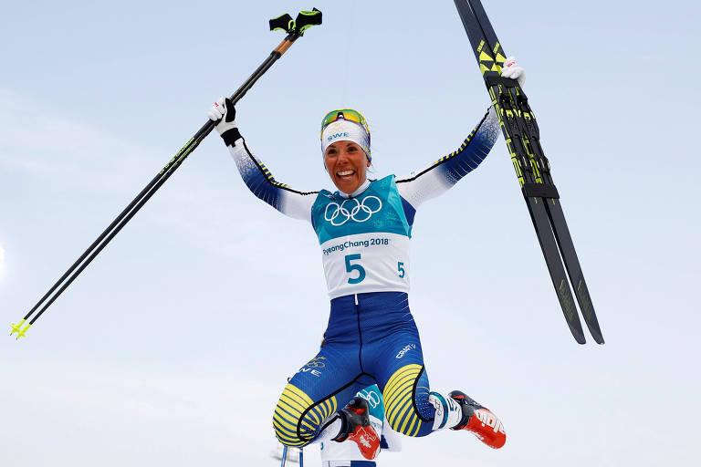 A sueca Charlotte Kalla festeja conquista da medalha de ouro na prova dos 15 km do esqui cross-country