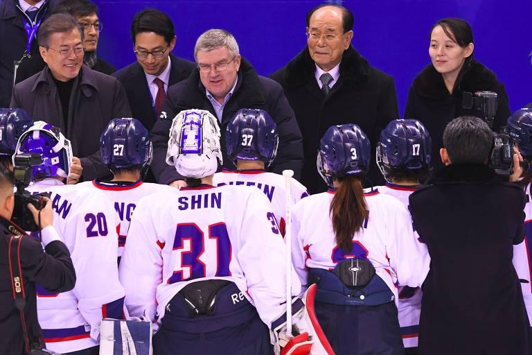 O presidente sul-coreano Moon Jae-in, o presidente do COI, Thomas Bach, e os norte-coreanos Kim Yong-nam e Kim Yo-jong (irmã do ditador Kim Jong-un) durante a partida de hóquei