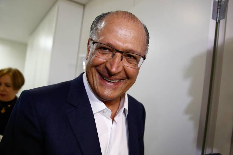 O governador de SP, Geraldo Alckmin, sorri ao conversar com jornalistas após reunião da executiva do PSDB na última semana