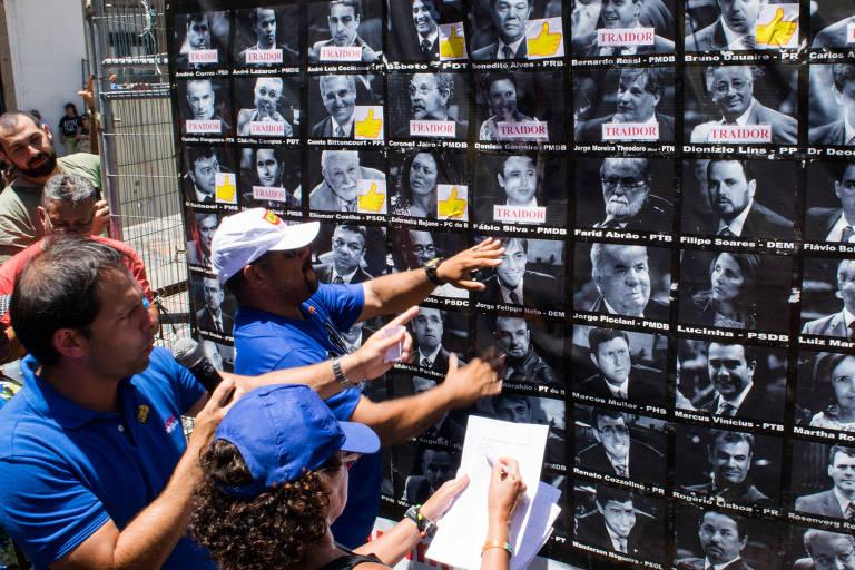 Servidores estaduais do Rio de Janeiro realizam ato reivindicando o pagamento dos salários atrasados em frente a Assembleia Legislativa do Estado do Rio de Janeiro (Alerj)