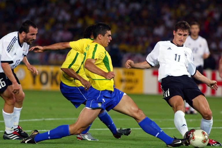 Lúcio tenta dominar a bola na final da Copa de 2002, entre Brasil e Alemanha