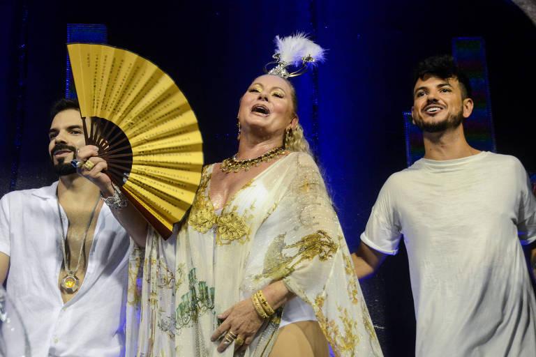 Vera Fischer durante o desfile das escolas de samba da série A, Estácio de Sá nesta sexta-feira (09/02)