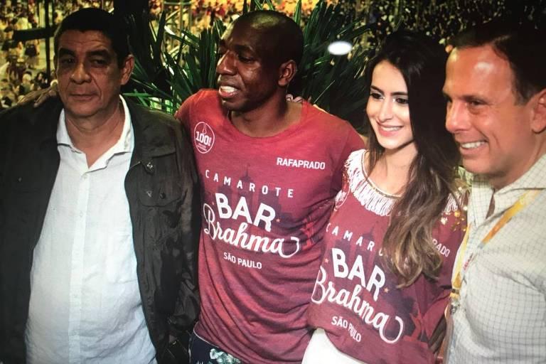 João Doria posa com Zeca Pagodinho no Carnaval de São Paulo
