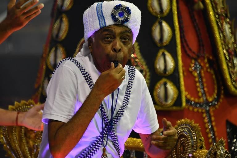 Gilberto Gil usou apito para comandar integrantes da Vai-Vai no desfile