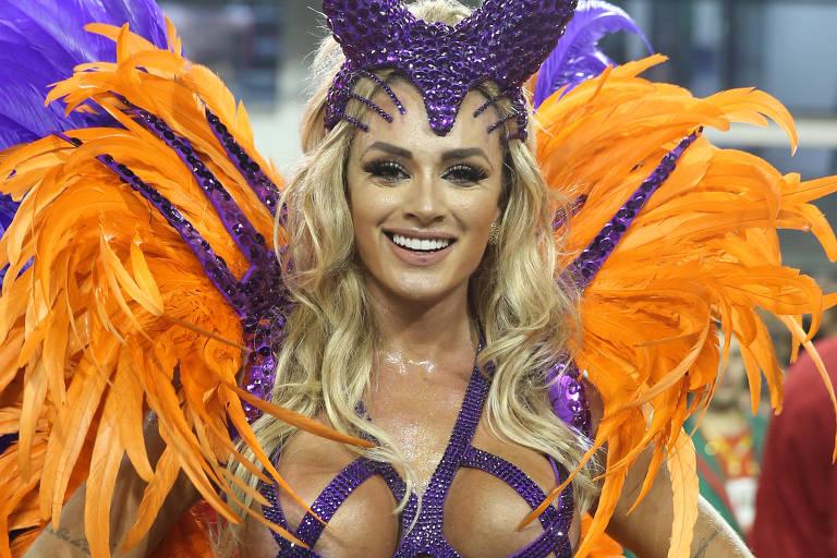 Juju Salimeni, rainha de bateria da X-9 Paulistana na segunda noite de desfiles
