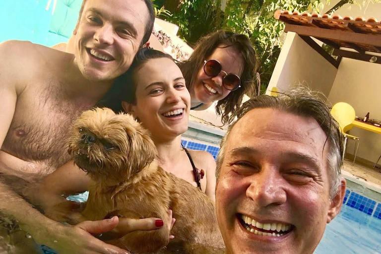 Sergio Guizé, Bianca Bin, Juliana Caldas e Nelson Freitas aproveitam feriado na piscina