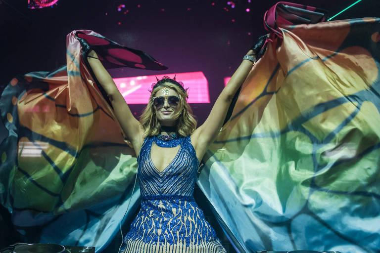 Paris Hilton exibiu o figurino composto por um vestido cheio de pedras e uma capa longa